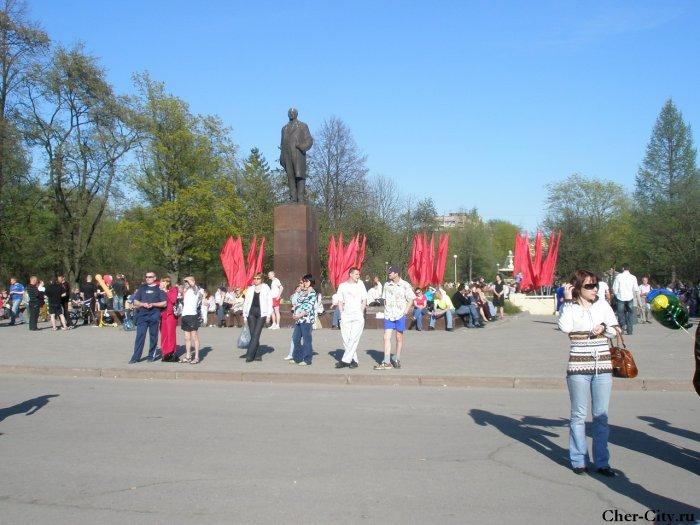 Люди у памятника Ленину. 9 мая 2009 г.
